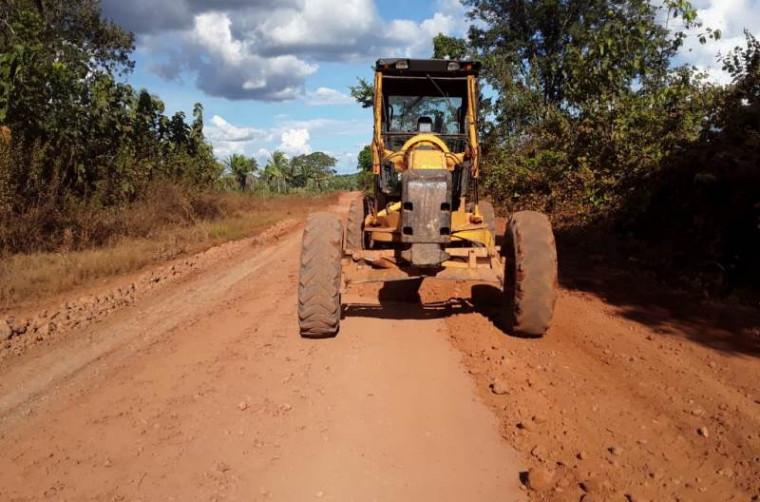 Máquina realizando serviços em rodovia