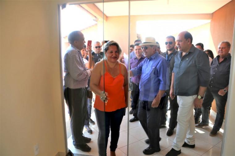 Solange Campos entrando na casa
