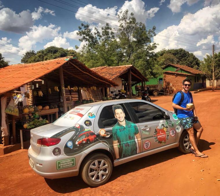 Francisco adesivou o carro para andar pelo Brasil com o projeto