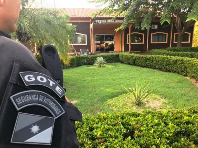 Policiais na prefeitura de Augustinópolis