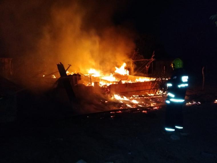 As chamas também destruiu vários móveis da casa