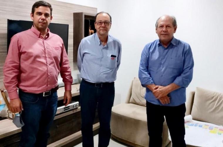 Encontro entre o prefeito Ronaldo Dimas (dir.) e representantes da empresa