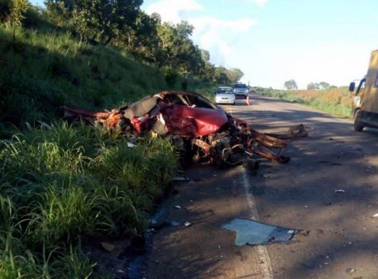 Com o impacto da batida o carro onde seguia a família ficou completamente destruído