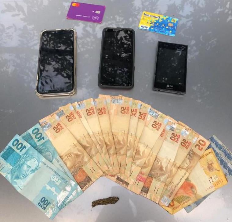 Dinheiro e celulares apreendidos