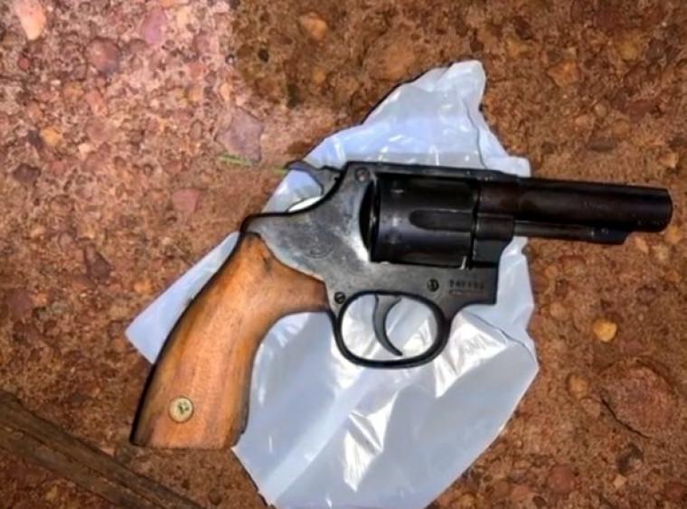 Com o suspeito a polícia apreendeu um revólver calibre 38
