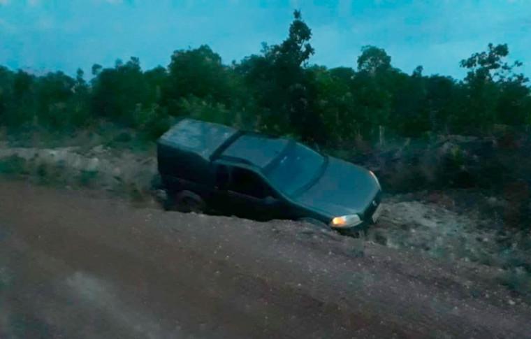 Veículo abandonado pelos assaltantes