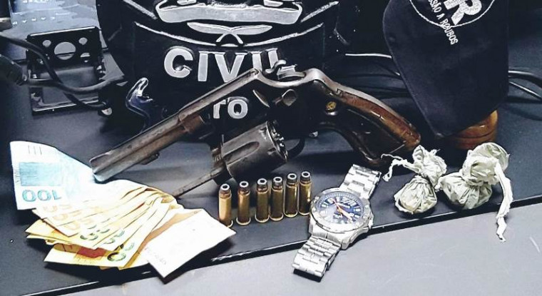 Arma e outros objetos apreendidos