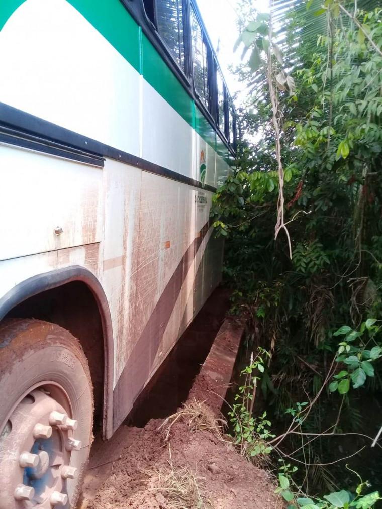 Motorista acelerou o ônibus e conseguiu evitar o pior