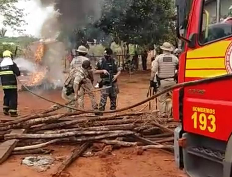 Moradores atearam fogo em galhadas e pneus