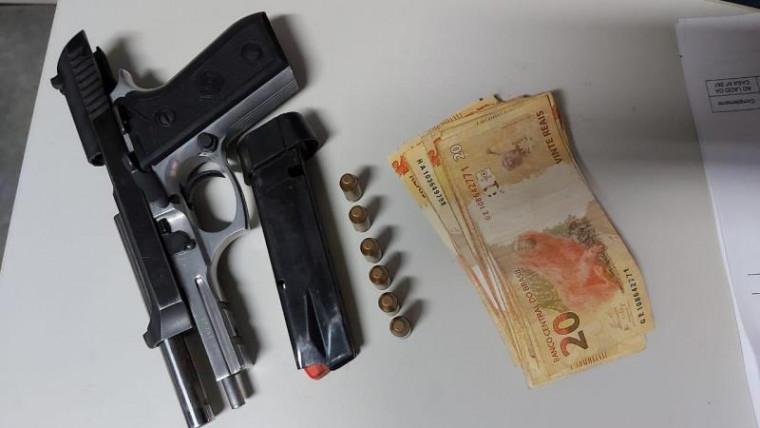 Pistola e dinheiro que estavam com o jovem preso