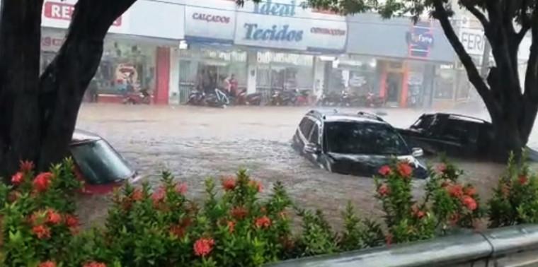 Carros no meio da água