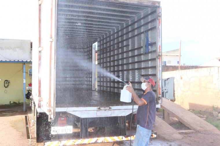 Caminhão sendo higienizado