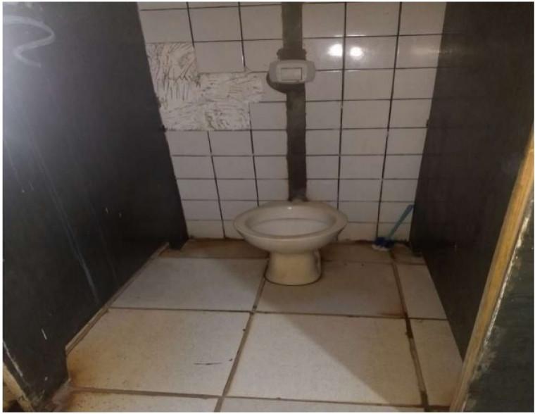 Banheiro sem condições de uso