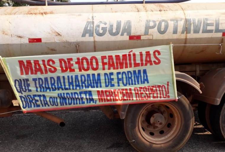Donos dos caminhões cobram pagamento