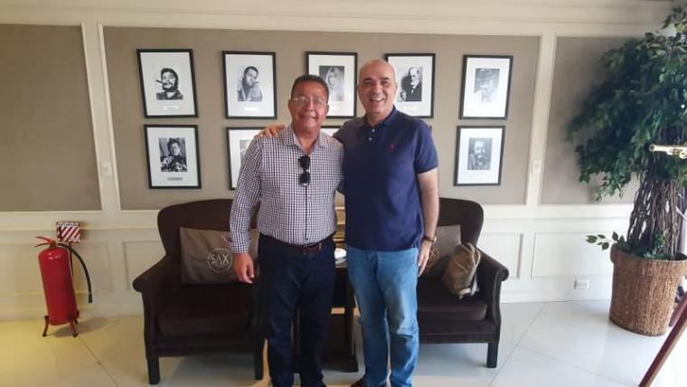 Tom Lyra ladeado pelo empresário Paraguaio Armando Nasser.