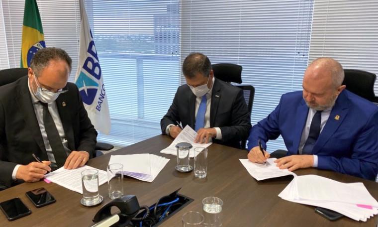 Financiamento sendo assinado