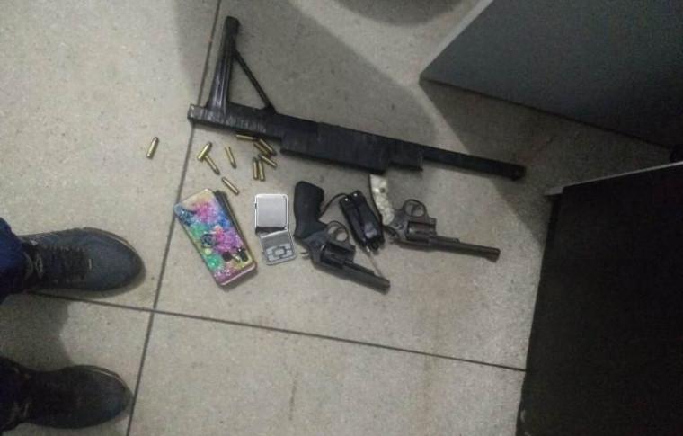 Armas e drogas apreendidas