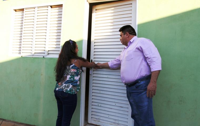 Antônia Gonçalves Rodrigues abre a porta de sua nova residência