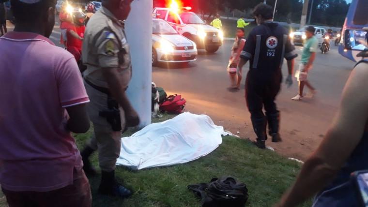 O motociclista foi arrastado por alguns metros e arremessado contra um poste
