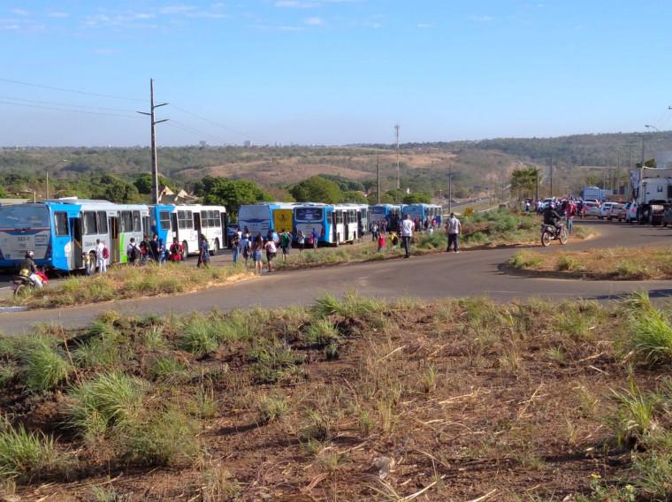 Vários coletivos foram obrigados a parar causando lentidão no trânsito da região