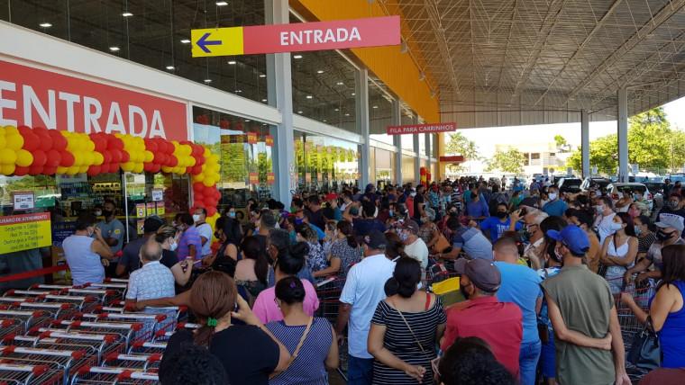 A população se aglomerou na porta da loja antes da inauguração logo pela manhã