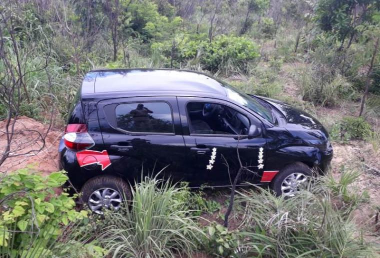 Veículo estava no meio do mato