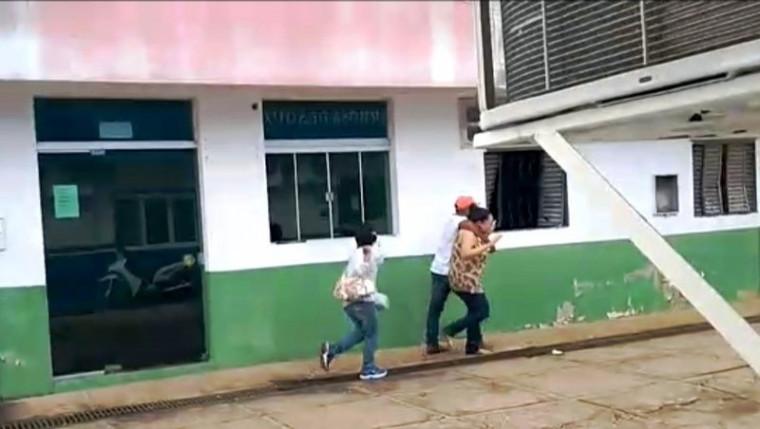 Casal tentando fugir com a gerente