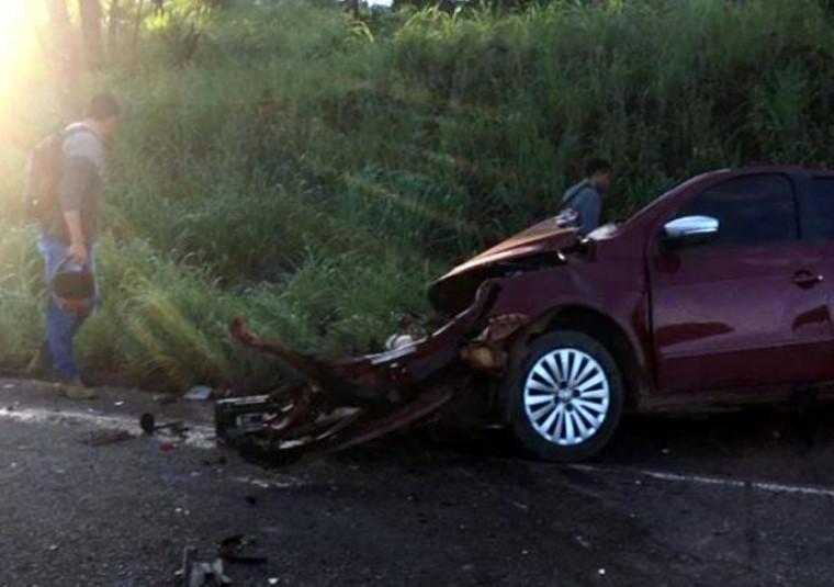Segundo o motorista do carro, o caminhão teria invadido a pista contrária causando o acidente