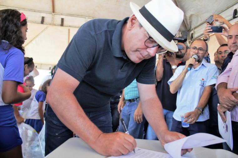 Prefeito Ronaldo Dimas assinando o decreto