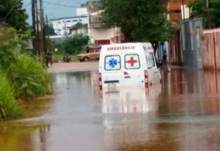 Ambulância presa no alagamento