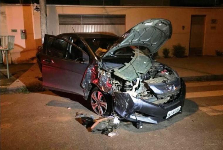 Carro ficou destruído