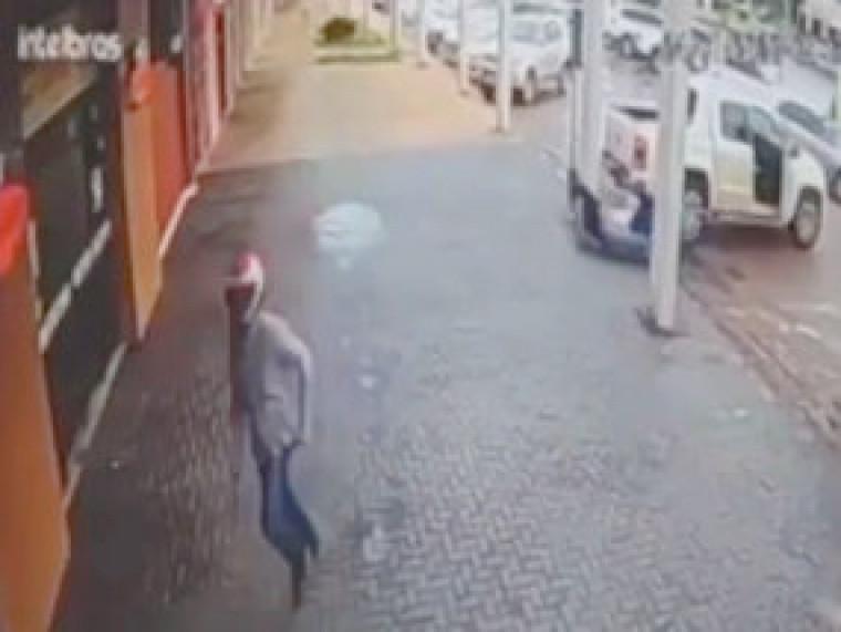 Nas imagens não é possível identificar o suspeito que estava de capacete durante a ação