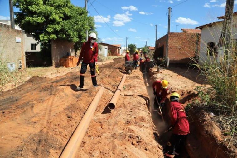 Rede de esgoto sendo implantada em rua de Araguaína