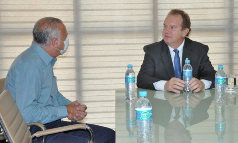 Representante da Coca-Cola (esq.) e governador Mauro Carlesse