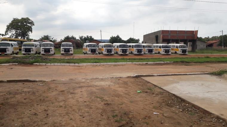 Veículos fazem o transporte dos alunos da zona rural