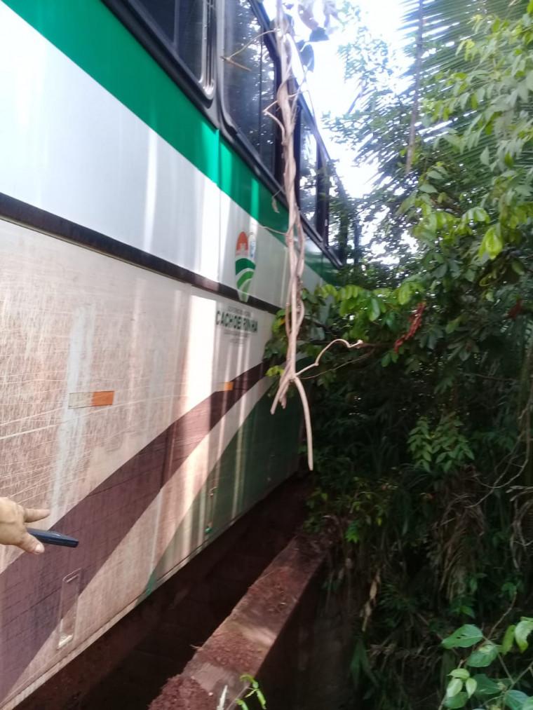 Madeira da ponte caiu durante a travessia