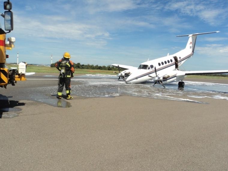 Bombeiros atuando em queda de aeronave no Aeroporto de Palmas