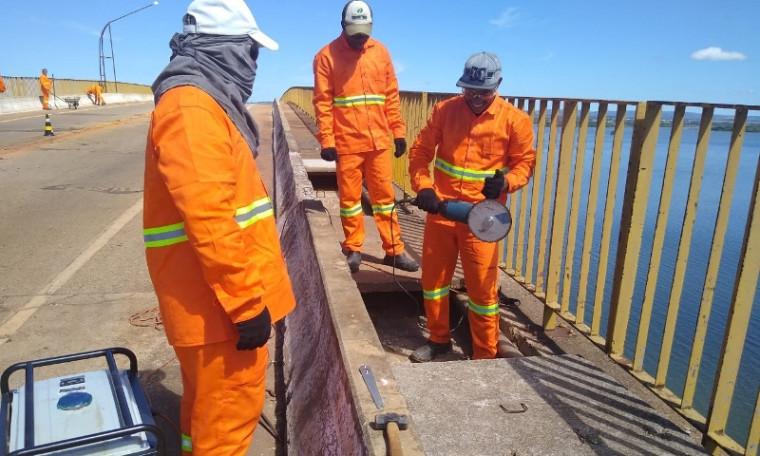 Trabalhadores na ponte