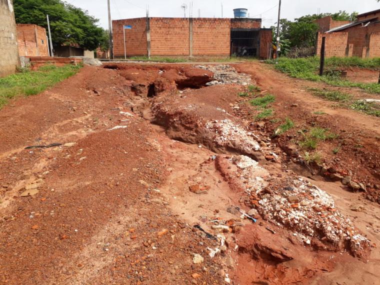 Rua Uirapuru repleta de erosão