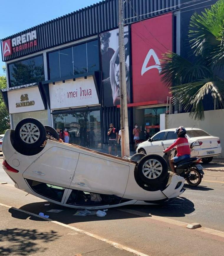 Após a colisão, o veículo capotou