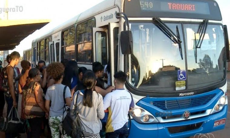 Frota foi reduzida e ônibus estão superlotados