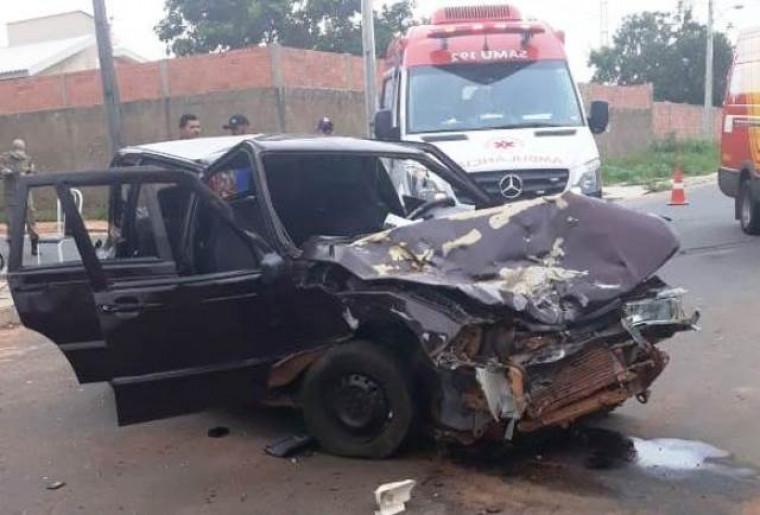 Fiat Uno ficou com a frente destruída