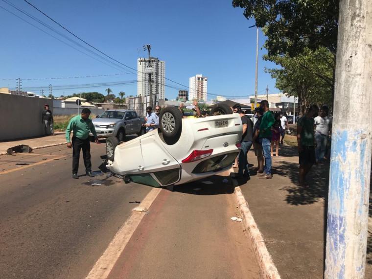 Veículo capotou na Marginal Neblina, em Araguaína