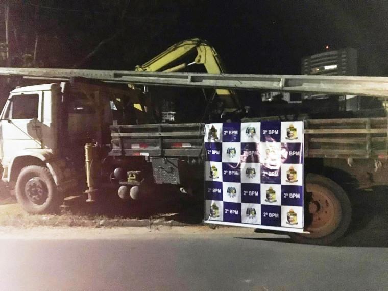Dupla foi presa em flagrante por furto de postes de energia