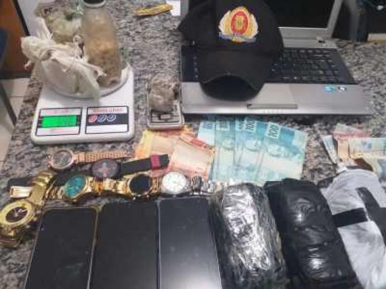 Material apreendido com trio suspeito de tráfico na capital