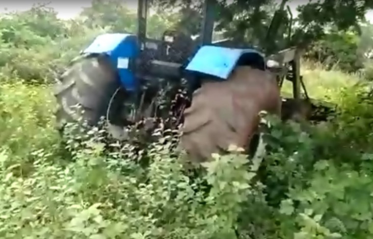 Trator no meio do mato