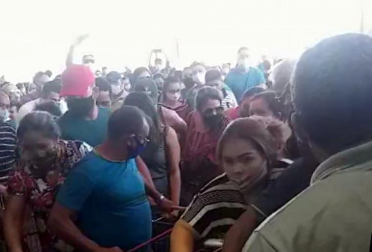 Na hora da abertura das portas do estabelecimento houve tumulto e confusão