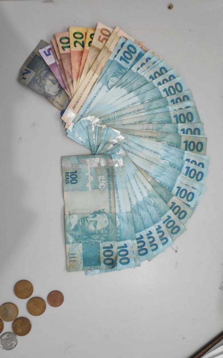 Dinheiro apreendido durante a ação da polícia