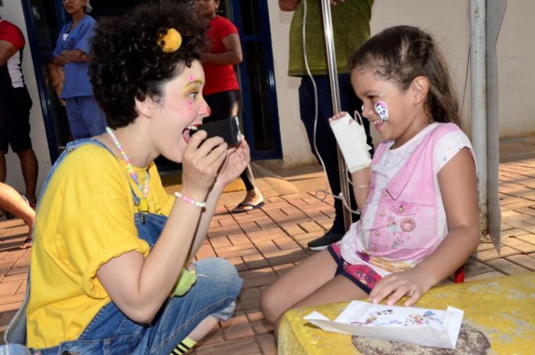 Voluntária brincando com criança