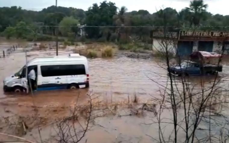 Devido a quantidade de água na pista alguns veículos que tentaram transitar na pista ficaram ilhados